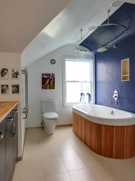 Banheiro com banheira de revestimento de madeira