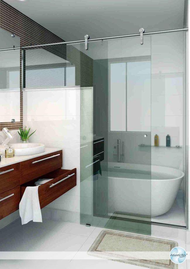 Banheiro com banheira e gabinete de madeira