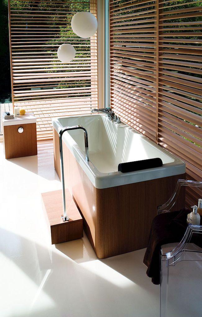 Banheiro com banheira embutida
