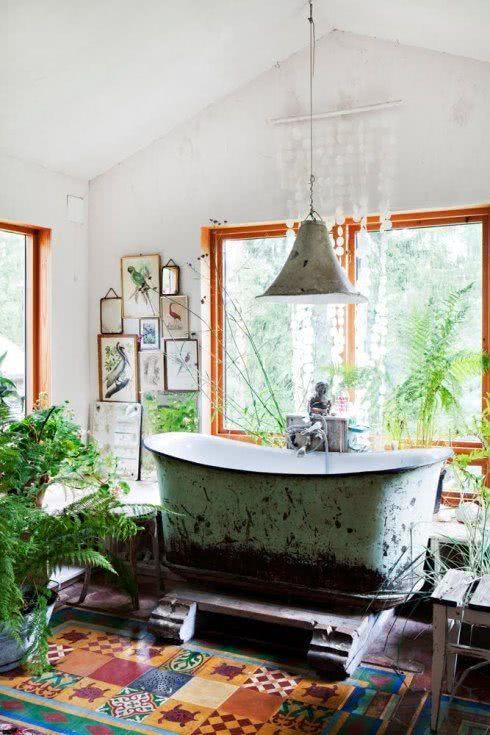 Banheiro com banheira estilo retro