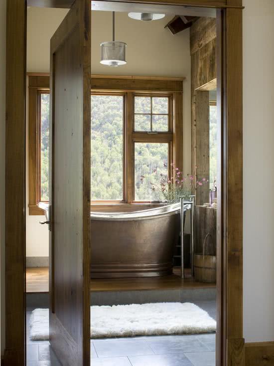Banheiro com banheira metalizada e chique