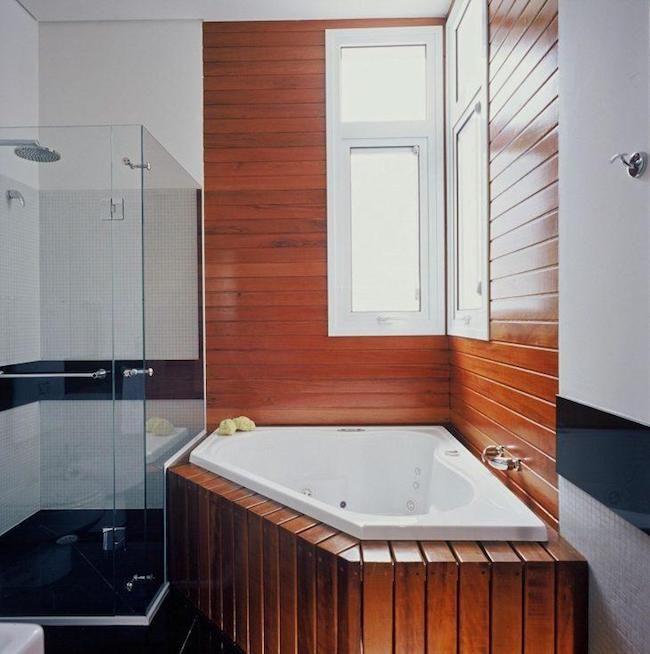 Banheiro com banheira no canto da casa