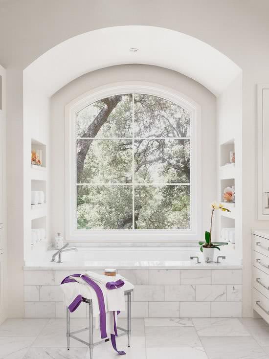 Banheiro com banheira quadrada
