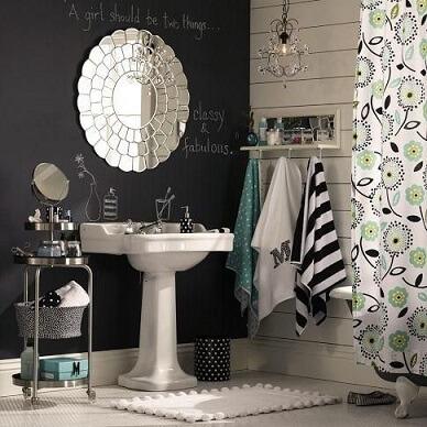 Banheiro com parede de tinta lousa