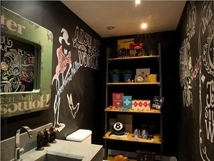 Banheiro com paredes de tinta lousa Projeto de Triplex Arquitetura