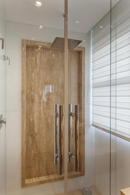 Banheiro decorado com mármore travertino romano