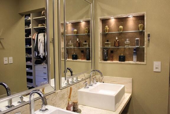 Banheiro do casal com bancada em mármore travertino Projeto de Bianca Monteiro