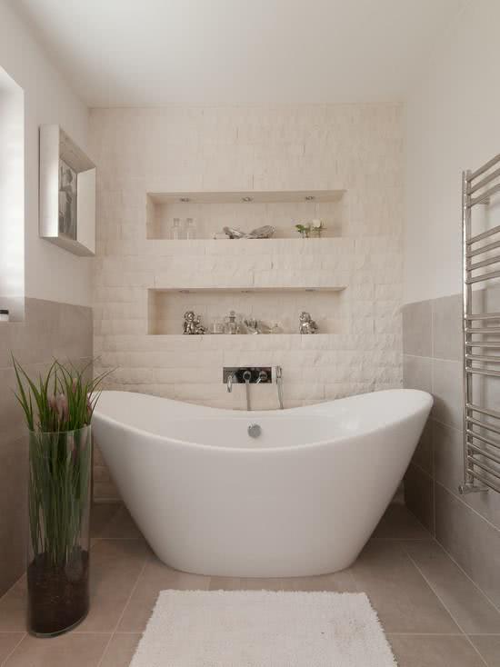 Banheiro pequeno com banheira branca