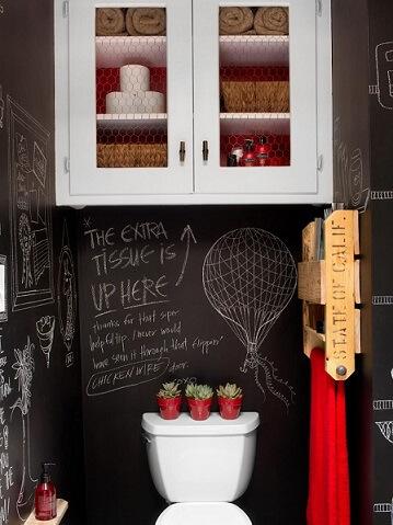 Banheiro pequeno com parede de tinta lousa