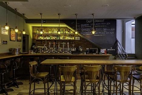 Bar com parede de tinta lousa Projeto de Piloni Arquitetura