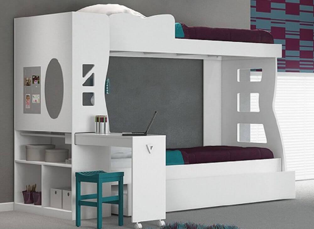 quarto neutro com beliche e escrivaninha