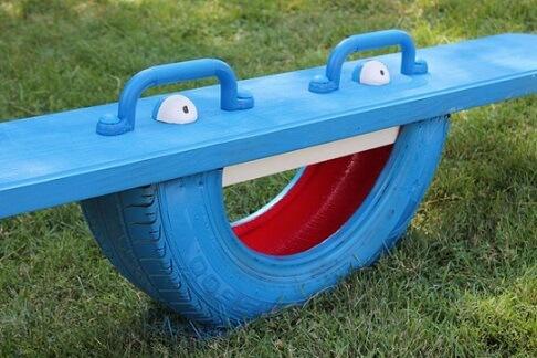 Brinquedo infantil feito de artesanato com pneus