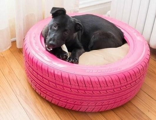 Cama de cachorro feita de artesanato com pneus