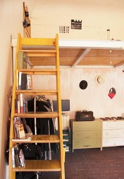 Cama suspensa com escada amarela Projeto de Casa Aberta