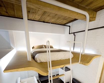 Cama suspensa com estrutura de madeira