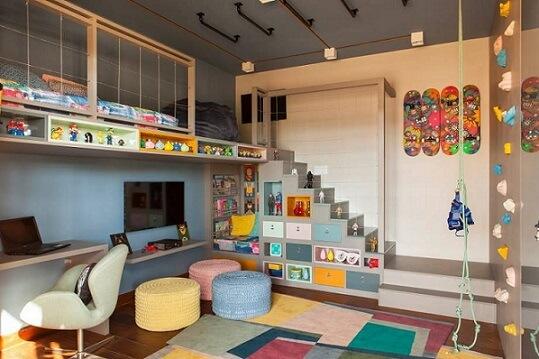 Cama suspensa infantil com escada na parede Projeto de Casa Cor Franca 17