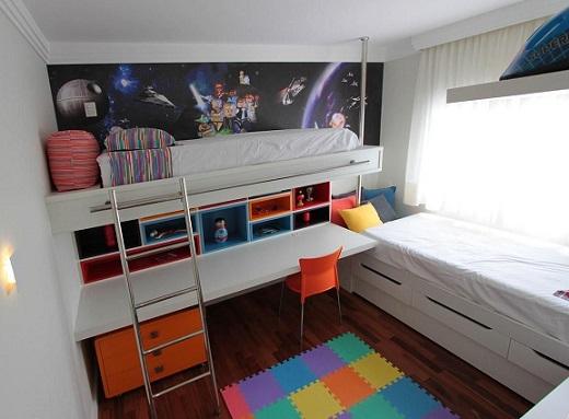 Cama suspensa infantil com nichos coloridos e escrivaninha Projeto de Fabiana Infantozzi