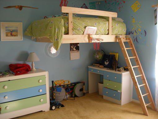 Cama suspensa infantil de madeira com escada
