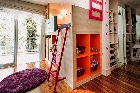 Cama suspensa infantil em quarto colorido com nichos Projeto de Codecorar