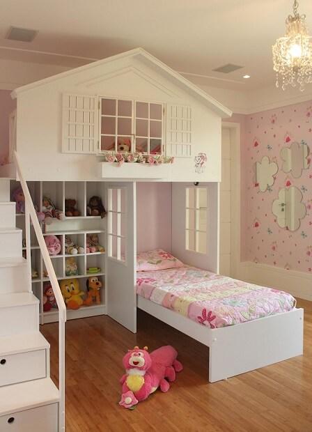 Cama suspensa infantil em quarto de menina Projeto de Priscila Vivacqua