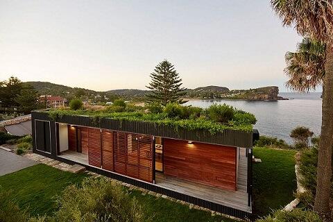 Casa à beira do lago com telhado verde