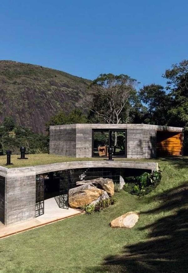 Casa com telhado verde para se camuflar em meio a paisagem