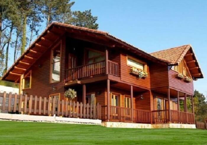 Casa de fazenda com estrutura de madeira e floreiras