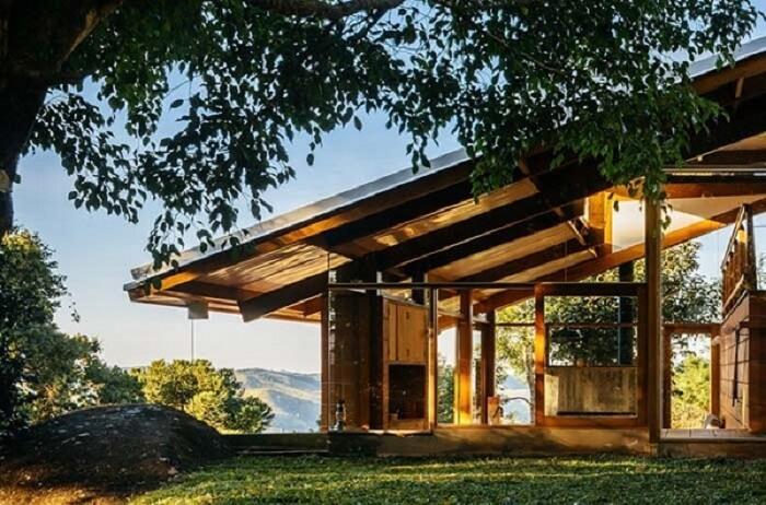 Casa de fazenda com estrutura moderna de madeira
