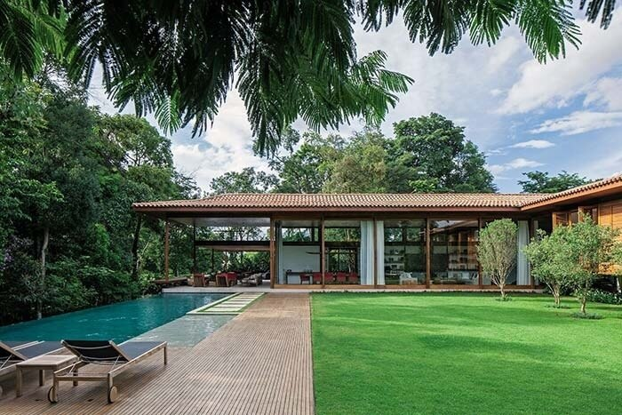 Casa de fazenda com fachada aberta e piscina retangular