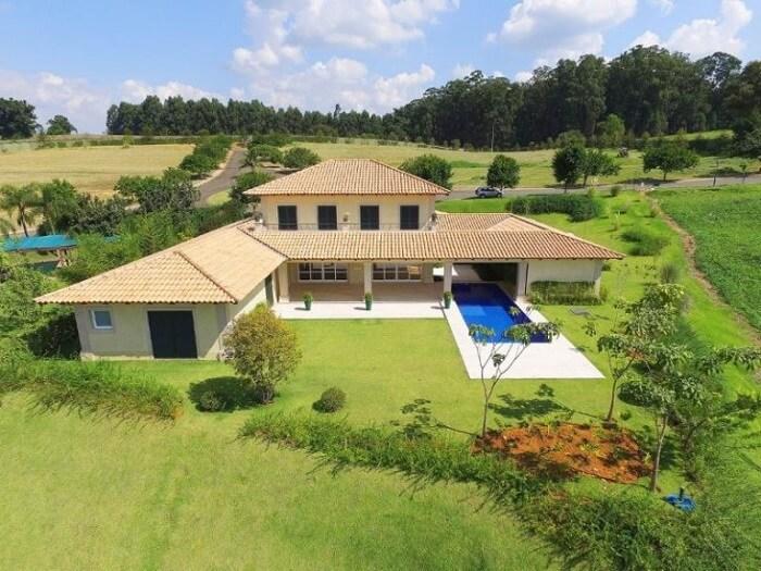 Casa de fazenda com piscina retangular
