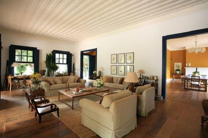 Casa de fazenda com sala ampla e decorada