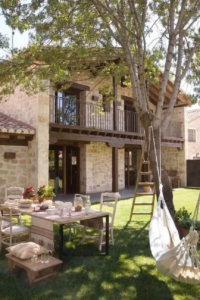 Casa de fazenda feita com estrutura de pedra