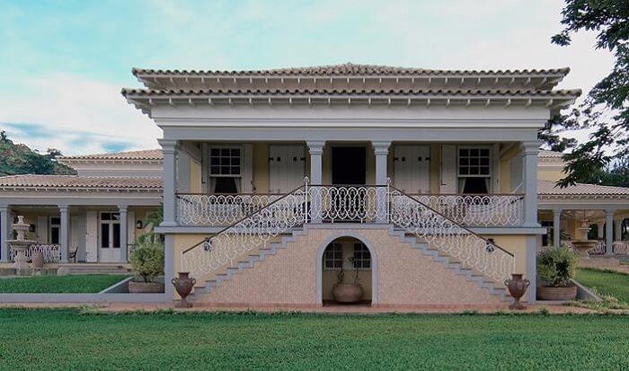 Casa de fazenda seguindo o estilo colonial