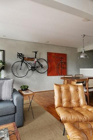 Casas modernas com cimento queimado na parede com apoio para bicicleta Projeto Oliveira Arquitetura