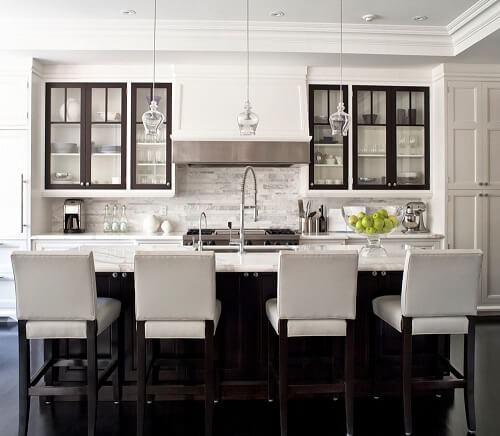 Casas modernas com cozinha branca e preta