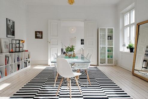 Casas modernas com decoração branca e tapete p&b