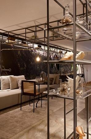 Casas modernas com prateleiras em estrutura de metal Projeto de Sandra Moura