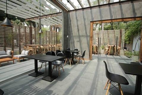 Casas modernas com teto de vidro e parede com cimento queimado Projeto de Casa Cor Paraguai