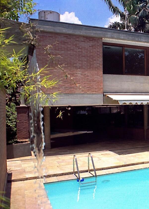 Cascata de concreto e piso para piscina de pedra
