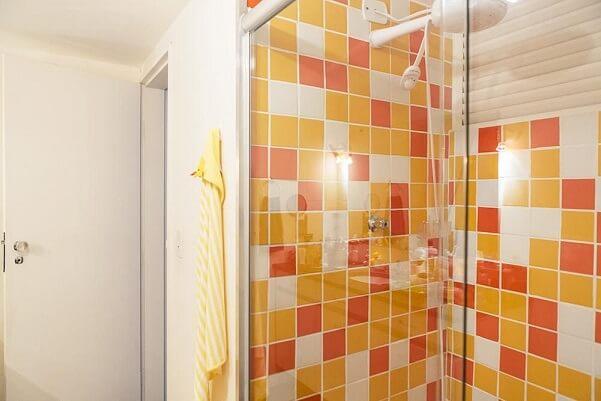Combinação de cores laranja e amarelo no banheiro Projeto de Casa Aberta