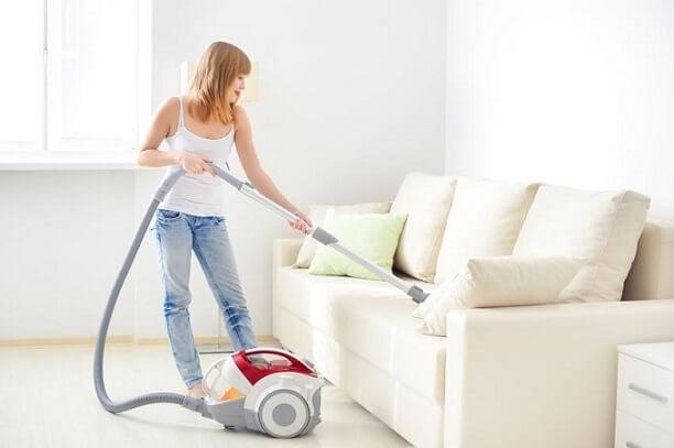 Como limpar sofá com aspirador de água