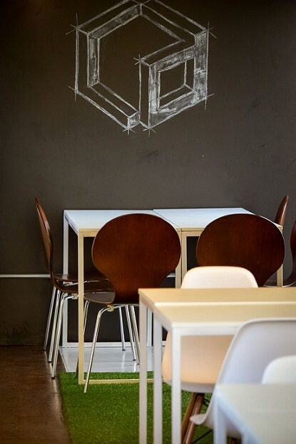 Coworking com parede de tinta lousa Projeto de Rafaela Lira