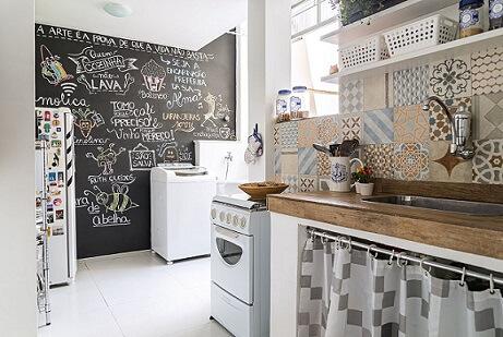 Cozinha americana com parede de tinta lousa Projeto de Ana Carolina Campos França