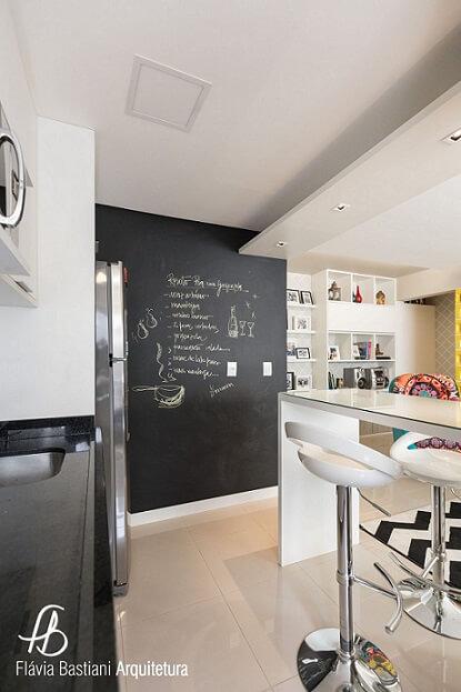 Cozinha americana com parede de tinta lousa e receita anotada Projeto de Flavia Bastiani