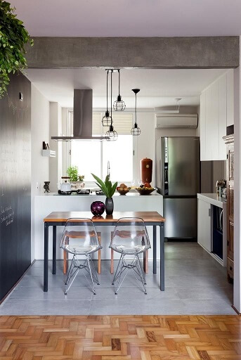 Cozinha americana com parede de tinta lousa próxima à mesa Projeto de Ina Arquitetura