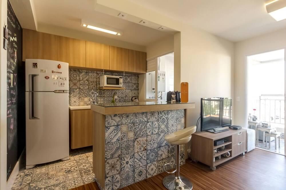 Cozinha americana simples integrada com sala de estar