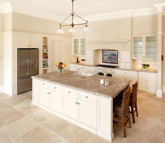 Cozinha com chão e bancadas de mármore travertino