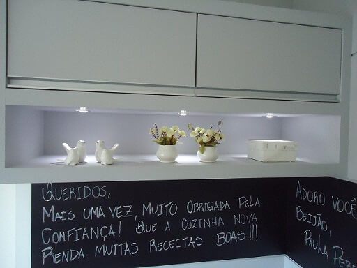 Cozinha com parede de tinta lousa em detalhe Projeto de Paula Correa Pereira