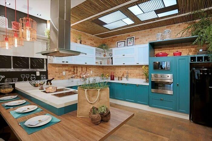 Cozinha espetacular em tons de branca e azul turquesa