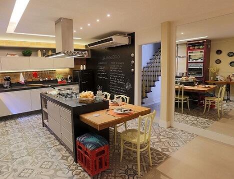 Cozinha gourmet com parede de tinta lousa e receita Projeto de Lorrayne Zucolotto
